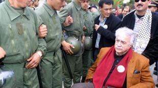 L'opposant marocain Abraham Serfaty, en chaise roulante, participe à Rabat à une manifestation en faveur de la Palestine, le 7 avril 2002.