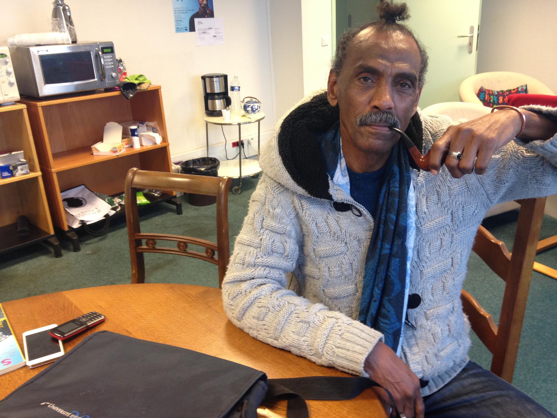 O escritor sudanês Abdelmonim Rahama trabalha em seu terceiro romance no Ateliê dos Artistas Exilados de Paris.