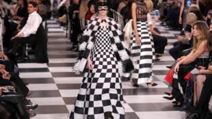 迪奥创意总监玛丽亚·嘉茜娅·蔻丽设计的2018夏季时装系列。