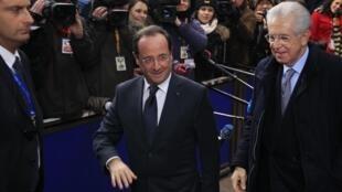 O presidente francês François Hollande e o chefe de governo Mario Monti em Bruxelas.