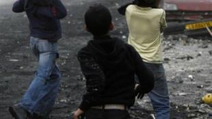 Des enfants palestiniens jetent des pierres sur l'armée israélienne, dans le camp de réfugiés de Shufat, à Jérusalem-Est, le 29 décembre 2008 (photo d'illustration).