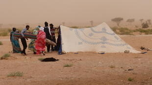 Montando la jaima saharaui pese a la tormenta de arena.