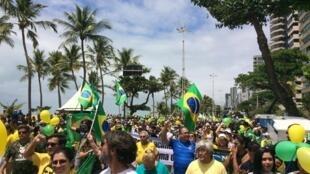 A avenida da praia de Boa Viagem, em Recife, foi tomada por simpatizantes da chapa de extrema direita à eleição presidencial.