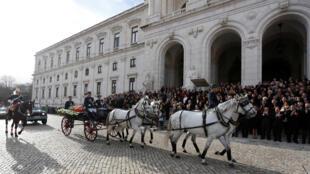 Caixão com corpo de Mário Soares aplaudido a 10 de Janeiro de 2017 frente à Assembleia da República em Lisboa.