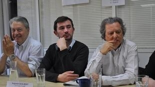 (справа налево): Директор Rue89 Пьер Аски, журналист Огюстен Скалбер и адвокат издания Антуан Конт
