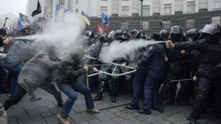 De violents incidents ont éclaté ce dimanche 24 novembre 2013 en marge d'une manifestation pro-européenne à Kiev.