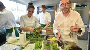 米其林3星餐廳的主廚塞巴斯蒂恩•布哈(Sébastien Bras)2017年在他的蘇給(Le Suquet)餐廳