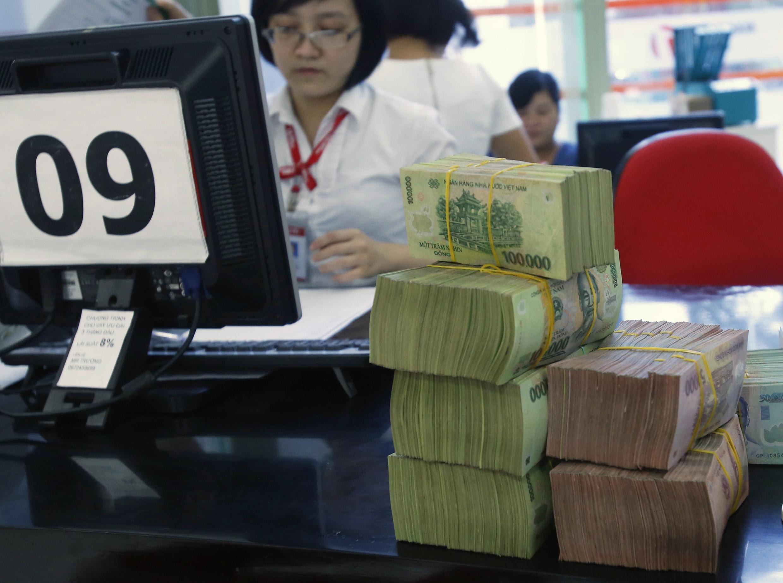 Tại một ngân hàng ở Hà Nội ngày 18/08/2014. Tiền mặt sẽ dần dần đươc thay thế bằng các phương tiện thanh toán khác ở Việt Nam.