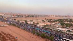 Milhares de manifestantes exigem a saída do presidente Omar al-Béchir, em Cartum, em 9 abril de 2019.