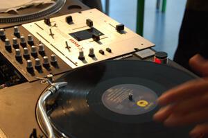 Les femmes DJ sont très largement minoritaires même si en Tunisie quelques unes ont réussi à percer.