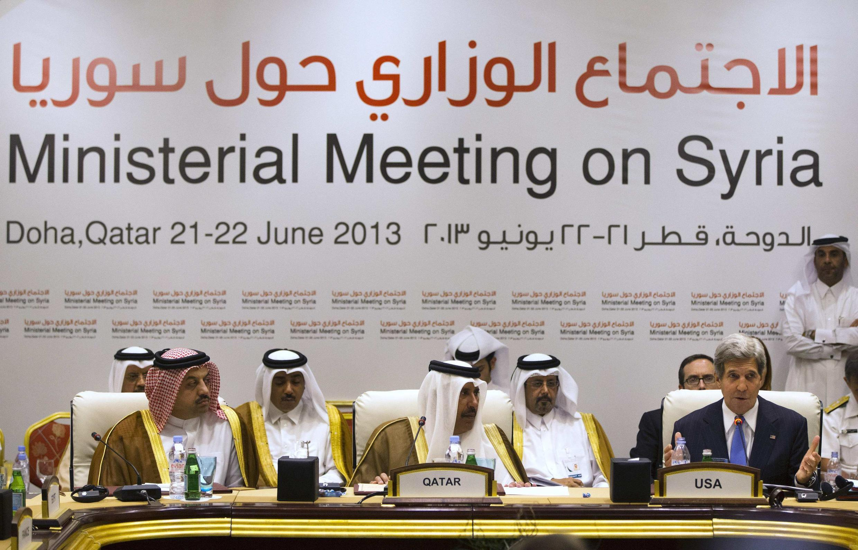 Réunion à Doha des onze pays « Amis de la Syrie », ce samedi 22 juin. De gauche à droite : Khalid al-Attiyah, ministre qatarien du Commerce, Hamad bin Jassim bin Jaber Al Thani, Premier ministre qatarien, et John Kerry, secrétaire d'Etat américain.