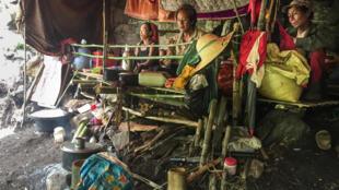 Một nơi tạm trú của dân tản cư ở một vùng rừng rậm tại Demoso, bang Kayah. Người dân đã phải sơ tán khỏi các vùng có chiến sự giữa Quận Đội Miến Điện và phiến quân thuộc Lực Lượng Phòng Vệ Nhân Dân PDF. Ảnh chụp ngày 01/06/2021.