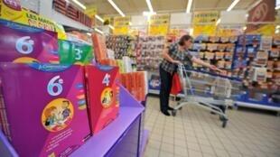Une personne fait ses achats pour la rentrée scolaire dans les rayons d'un supermarché (image d'illustration).