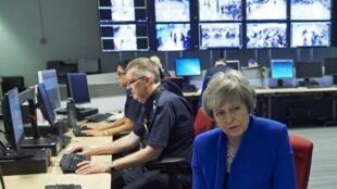 La Première ministre britannique Theresa May parle à des agents de la Force frontalière à l'aéroport Heathrow, à Londres, le 19 décembre 2018.