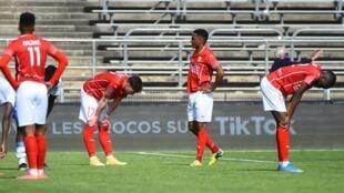 La réaction des joueurs de Nîmes à l'issue de leur match nul à domicile contre Reims, en Ligue 1, le 2 mai 2021