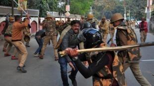 La police charge des manifestants contre la nouvelle loi sur la citoyenneté à Lucknow, dans l'État d'Uttar Pradesh, le 19 décembre 2019.