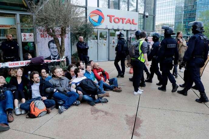 مدافعان محیط زیست در مقابل مقر شرکت توتال جمع شدند