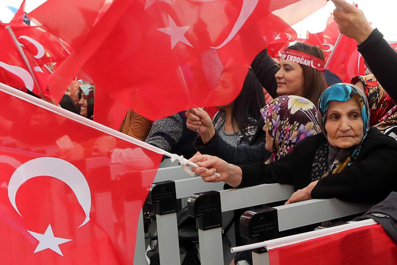 Des supporters du «oui» brandissant des drapeaux nationaux turcs qui encouragent le président turc Recep Tayyip Erdogan, lors de son discours au palais présidentiel d'Ankara, le 17 avril 2017.