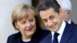A chanceler alemã Angela Merkel e o presidente francês Nicolas Sarkozy no Palácio do Eliseu, em Paris.