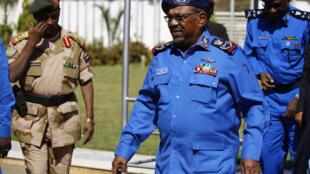 Rais wa Sudan Omar al-Bashir wakati akikutana na maofisa wakuu wa polisi Khartoum siku ya Jumapili (Desemba 30).