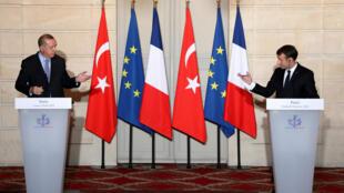 Après des semaines d'invectives entre Recep Tayyip Erdogan et Emmanuel Macron (ici lors d'une conférence de presse commune à l'Élysée le 5 janvier 2018), l'heure était aux explications mardi 22 septembre à l'occasion de l'Assemblée générale de l'ONU.