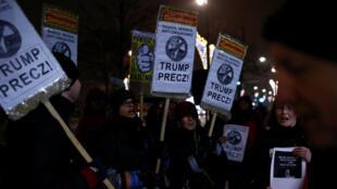 Des Polonaises manifestent devant l'ambassade américaine à Varsovie contre Donald Trump, le 20 janvier 2017.