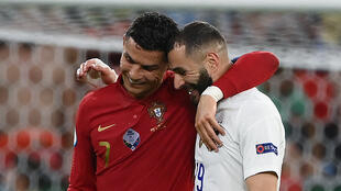 Les attaquants Cristiano Ronaldo et Karim Benzema discutent à la fin de la 1ère mi-temps entre le Portugal et la France, lors de la 3e journée du groupe F à l'Euro 2020, le 23 juin 2021 à Budapest