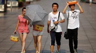 上海气温一度升至摄氏41.1度街道行人躲避毒日2013年8月6日。