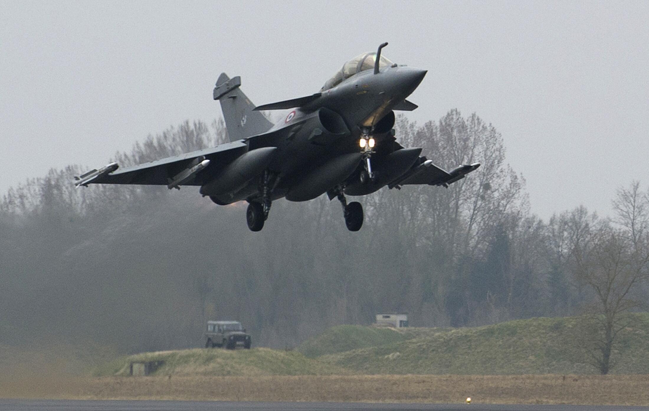 L'avion militaire français décolle de la base de Saint-Dizier pour la Libye, le 19 mars 2011.