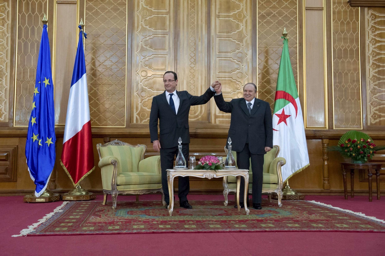 Les président français et algérien, François Hollande (g) et  Abdelaziz Bouteflika (d) se sont rencontrés afin d'améliorer les relations entre les deux pays.