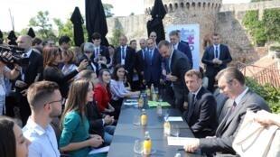 Emmanuel Macron (2e à droite) et Aleksandar Vucic (à droite) ont rencontré des jeunes à la forteresse de Belgrade, le 16 juillet 2019.