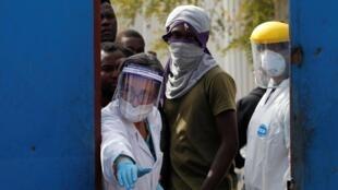 Santiago (Chili), le 22 avril 2020: des agents de santé publique dans un foyer de migrants haïtiens où plusieurs personnes ont été infectées au Covid-19.