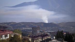 De la fumée monte après les bombardements par l'artillerie azerbaïdjanaise à Stepanakert, la capitale de la région séparatiste du Haut-Karabakh, le samedi 24 octobre 2020.