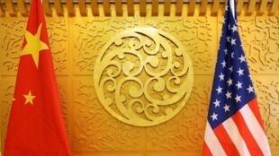 Ảnh Minh họa: Cờ Mỹ và Trung Quốc tại một cuộc đàm phán về thương mại ở Bắc Kinh hồi năm 2018.
