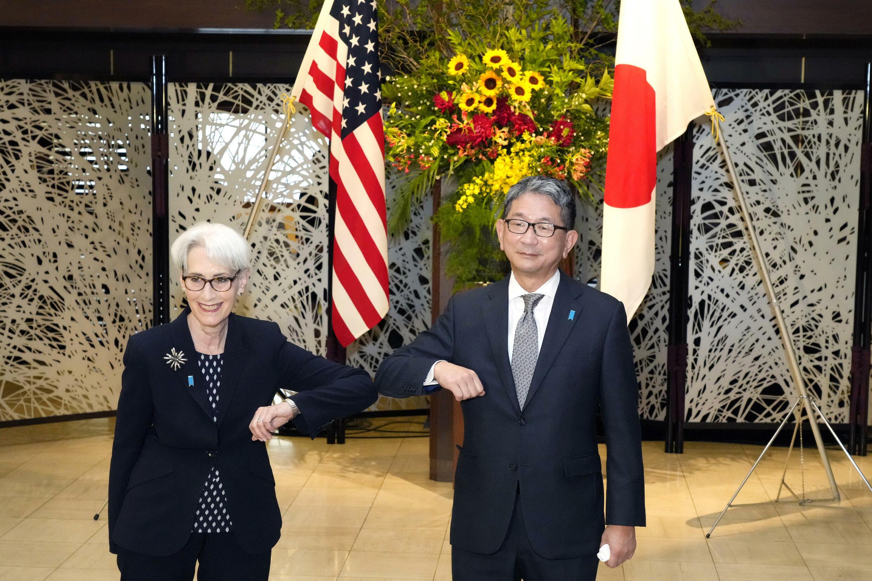 Wendy Sherman (izq) saluda con el codo al viceministro de Exteriores japonés, Takeo Mori, antes de una reunión el 20 de julio de 2021 en Tokio