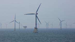 Turbinas eólicas em RWE Offshore-Windpark Nordsee Ost no mar do Norte, a 30 km de Helgoland, Alemanha, 11 de maio de 2015.