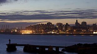 Thành phố cảng Montevideo về đêm (ảnh Wikipedia)