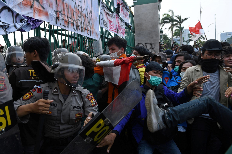 Des heurts ont éclaté entre la police et des étudiants indonésiens à Jakarta le 24 septembre 2019.