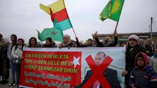 Người dân Syria phản đối đe dọa tấn công Afrin (Syria) của tổng thống Thổ Nhĩ Kỳ Erdogan, tại Haska, Syria, ngày 18/01/2018.