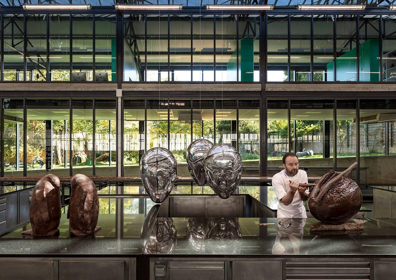 Nghệ nhân sô cô la, một nhà điêu khắc, Patrick Roger trong giai đoạn sáng tác.