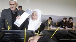 Un bureau de vote dans la ville de Lipljane, au Kosovo, le 15 novembre 2009.