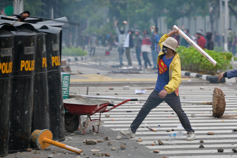 Affrontements entre policiers et manifestants indonésiens lors d'une manifestation contre la nouvelle loi sur le travail, à Jakarta le 8 octobre 2020.