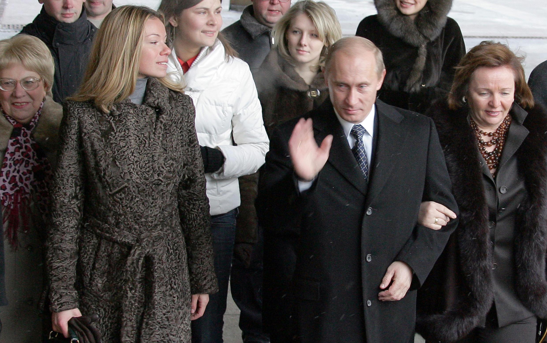 O presidente Vladimir Putin (C), sua ex-esposa Ludmila (a direita) e sua filha Maria em Moscou, 2 de dezembro de 2007.