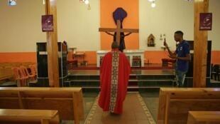 Un prête de l'Église catholique en Afrique du Sud le 9 avril 2020 à Mabopane.