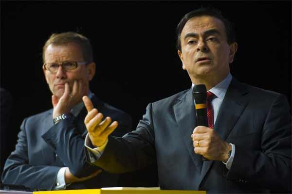Renault executive chairman Ghosn and chief operating officer Pelata attend the company's 2009 annual results presentation