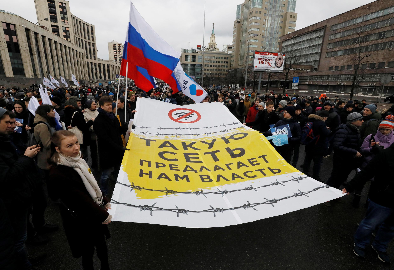 """Những người biểu tình với biểu ngữ """" Đây là mạng lưới mà chính quyền đang chuẩn bị"""". Matxcơva, 10/03/2019."""