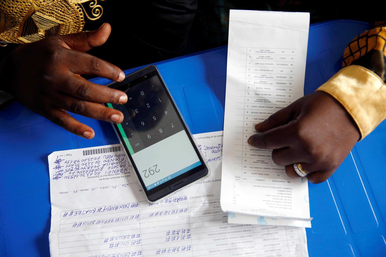 Afisa wa CENI akihesabu kura, Kinshasa, Januari 4 (picha ya kumbukumbu).