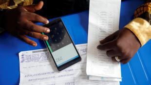 Compilation dses résultats par un officiel de la Céni, à Kinshasa, le 4 janvier.