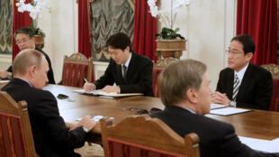 Buổi làm việc giữa tổng thống Nga Putin (đầu tiên, bên trái) và ngoại trưởng Nhật Fumio Kishida (đầu tiên, bên phải) tại St. Petersbourg, ngày 02/12/2016.