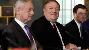Bộ trưởng Quốc Phòng James Mattis (T) và ngoại trưởng Mike Pompeo tại bộ Ngoại Giao Mỹ, Washington, ngày 09/11/2018